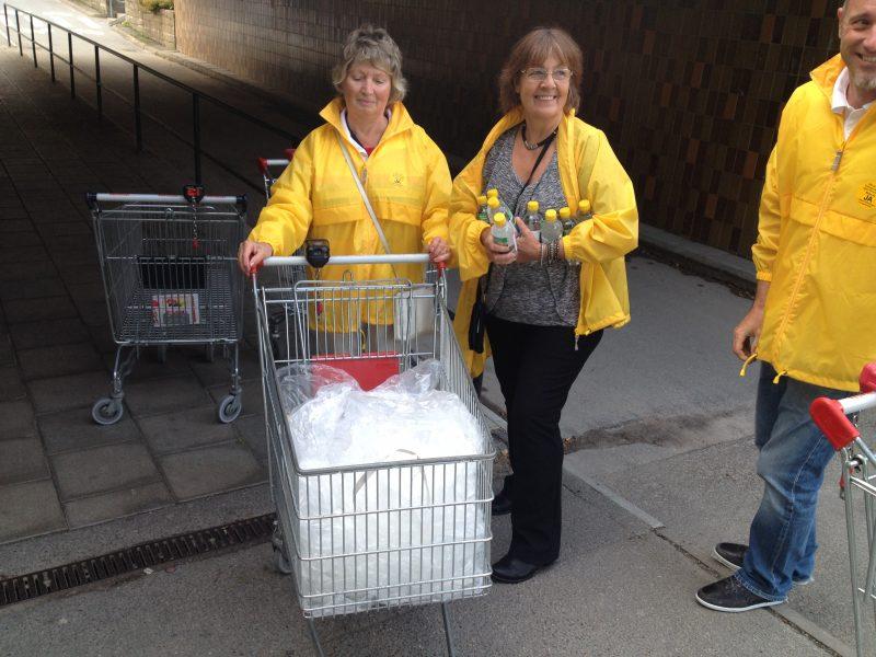 På väg mot återvinningen med plastemballaget efter utdelning av 1500 vattenflaskor med vidhängande folder.