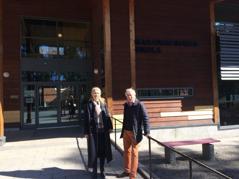 Camilla och Anders utanför Bagarmossens skola. En väl underhållen skulle byggd 1955 i samma material som Falkbergsskolan.