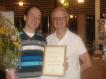 Klas Bovin ordförande från 2011 överräcker diplom till Johan Teden, Tullingepartiets grundare