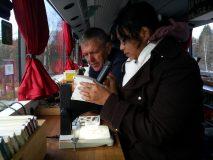 Småkryp från bottnen analyseras i mikroskopen.