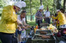 Tullingepartiets eminenta kockar bjöd på korv som uppskattades mycket av barnen, men även av de vuxna.